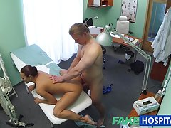 Enfermera morena caliente Fakehospital da a paciente algo de sexo