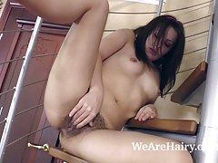 Leona trata de bajar las escaleras a desnudarse y a jugar