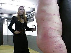 Amante de la pelirroja muy caliente en cuero azotes atado esclavo