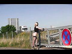Intermitente y desnudo en público para una sesión de fotos