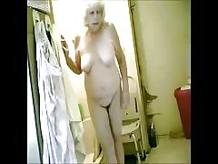 ¡ Excelente! espiando a mi abuela caliente en baño