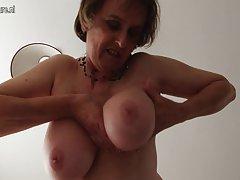 Sucia madre con tetas grandes
