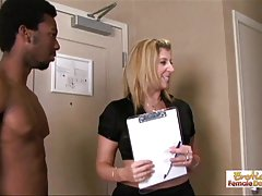Sarah responsable del apartamento se destruye por dos montantes negro