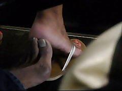 Footsie autobús ocultos con pies hermosos