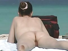 Maduritas peludas en playa nudista