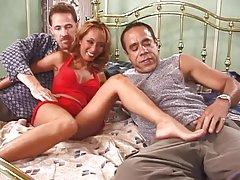 Chica con tetas perfectas en ropa interior roja consigue doble penetración en la cama