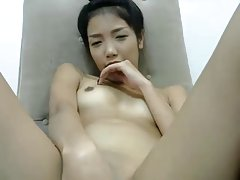 China chica jugando a sí misma en el teléfono celular