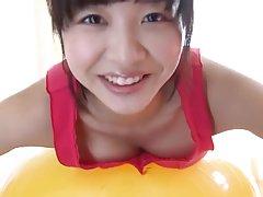 Caliente chica japonesa tiene la aptitud de ejercicio con la pelota