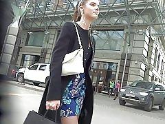 Linda chica en vestido corto medias upskirt