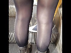 Sexy chica en medias opacas negro muy brillantes