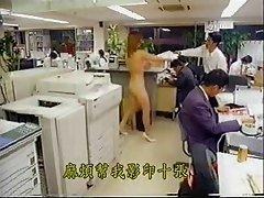 Pequeña japonesa desnuda en la oficina