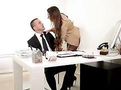 '' Mi jefe es una perra '' Julie dominando